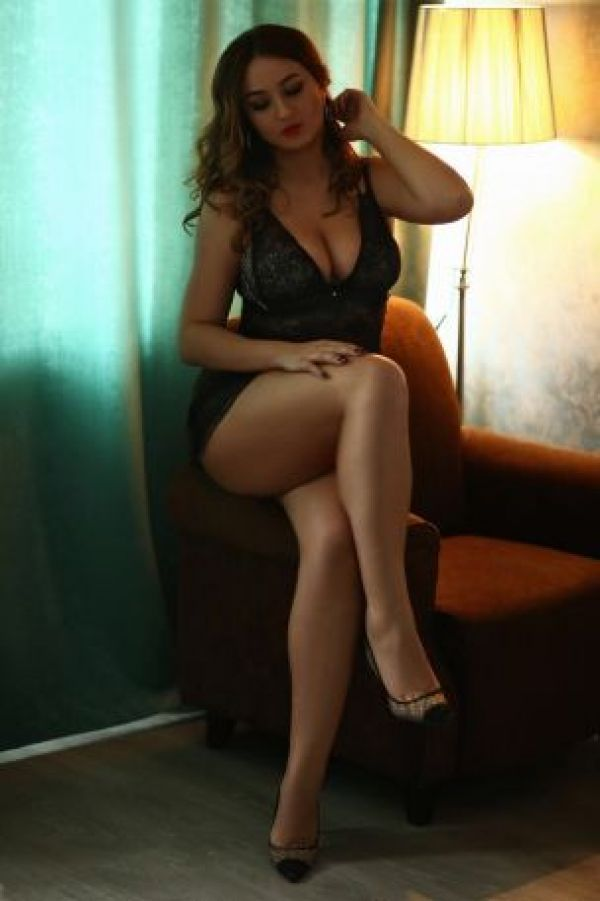 VIP treatment from 23 year-old elite escort Leina